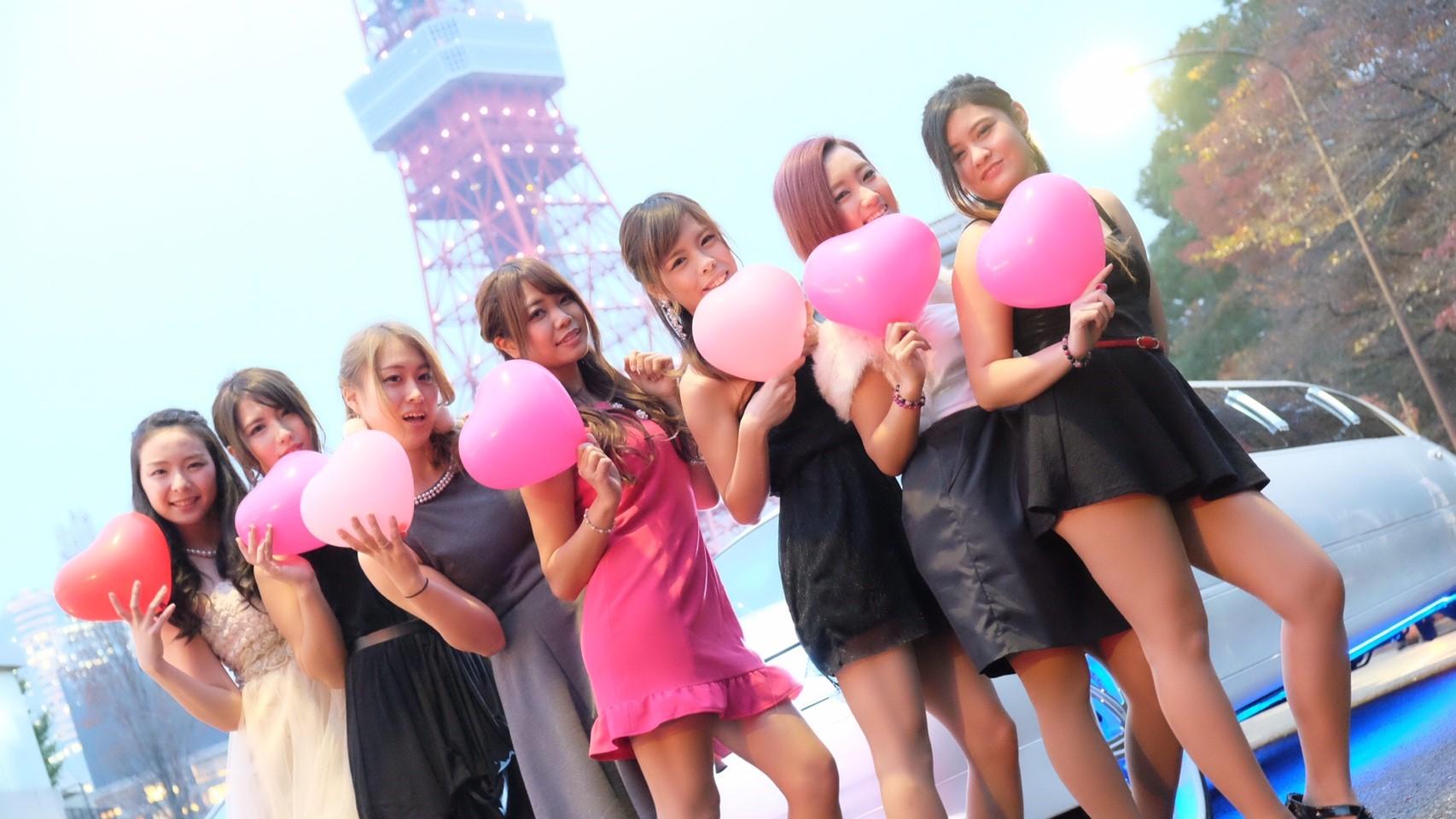東京タワーで記念撮影しながらリムジンパーティーで盛上がっている写真。皆で撮影パーティーを楽しんでいる画像です