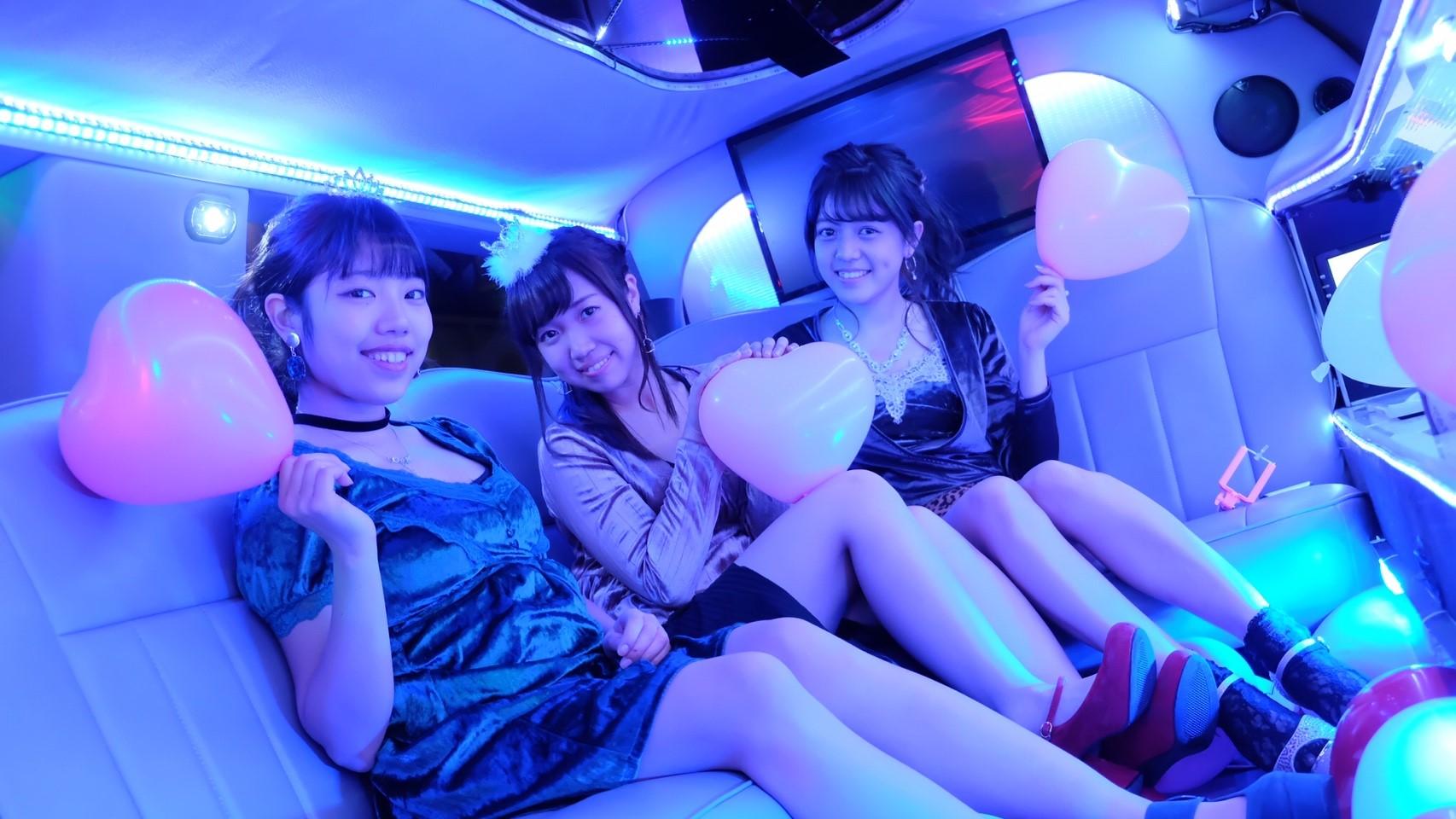 リムジンの車内で女子会パーティー