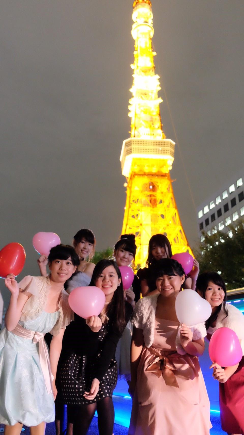 東京タワーで皆で記念撮影女子会で盛りあがろう