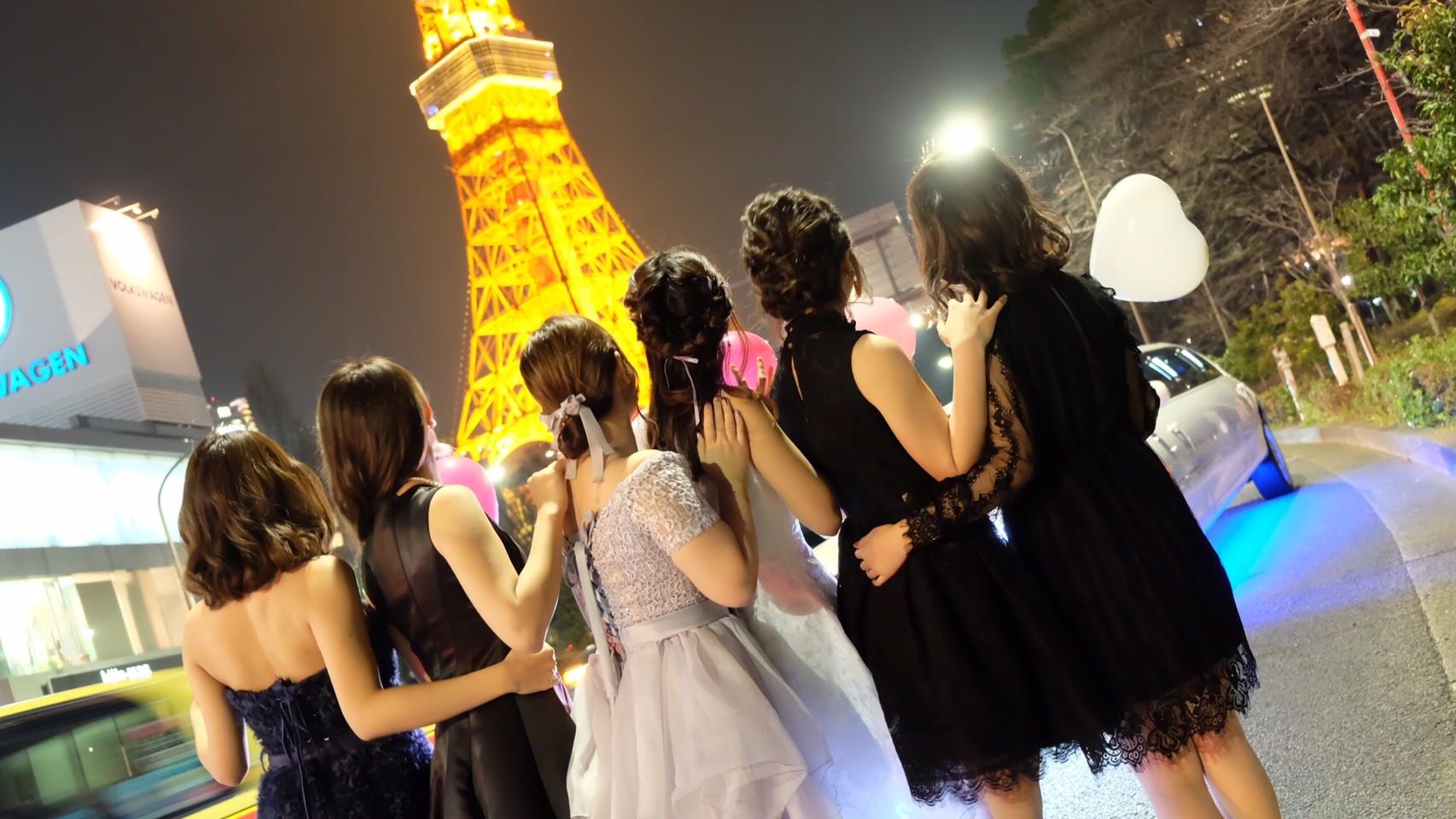 東京タワーをバックに可愛くポージング