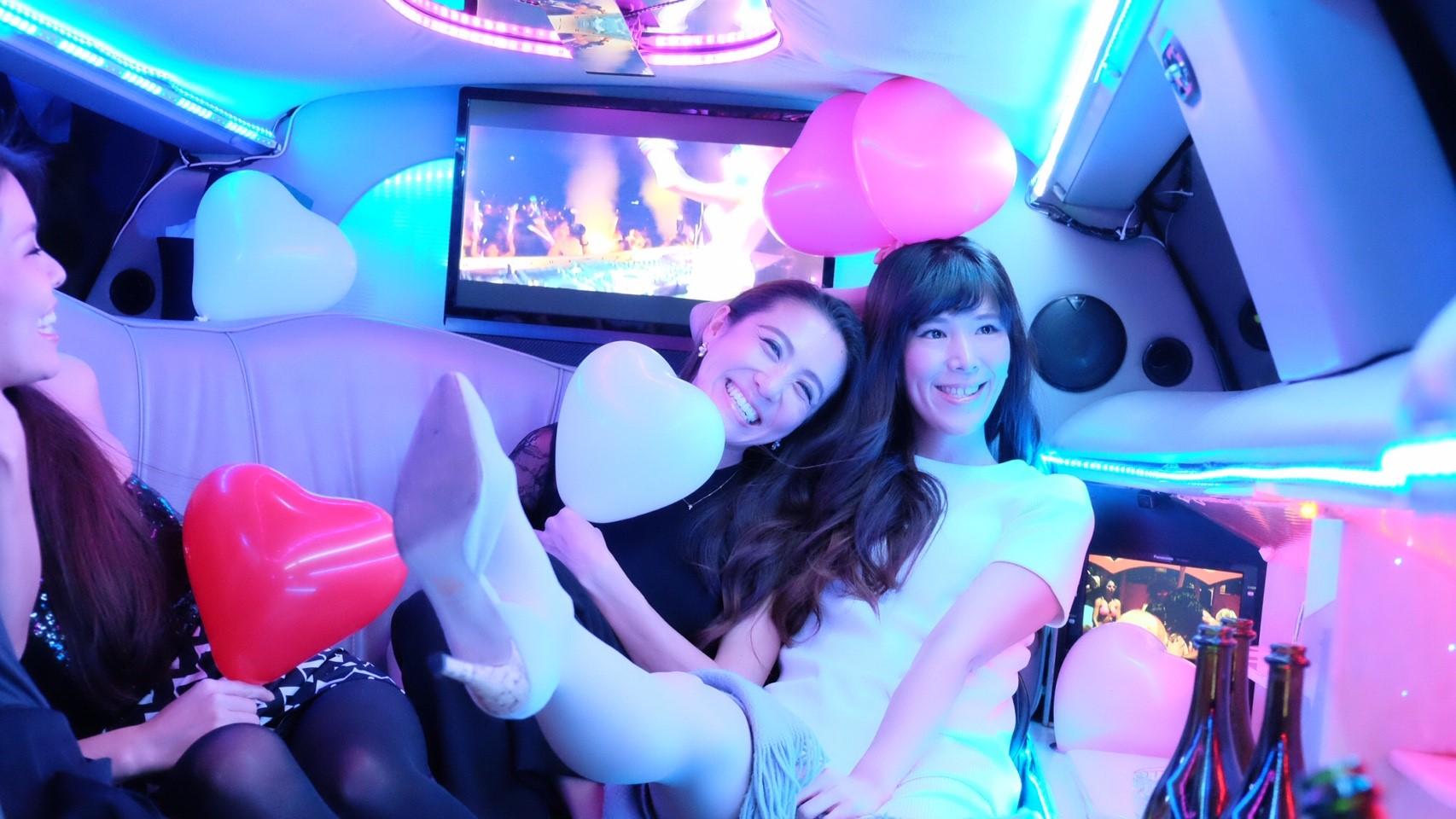 女子会リムジンパーティー車内写真